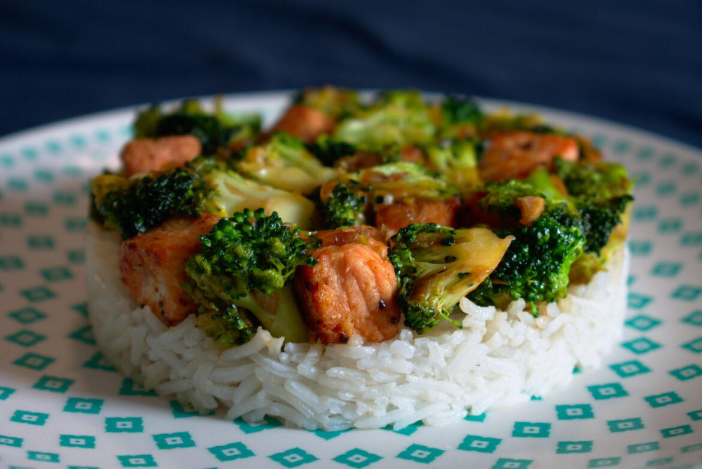 Roerbak met zalm en broccoli