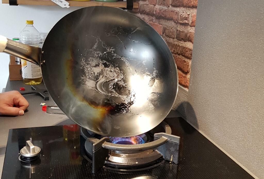 Gedeeltelijk ingebrande wok.