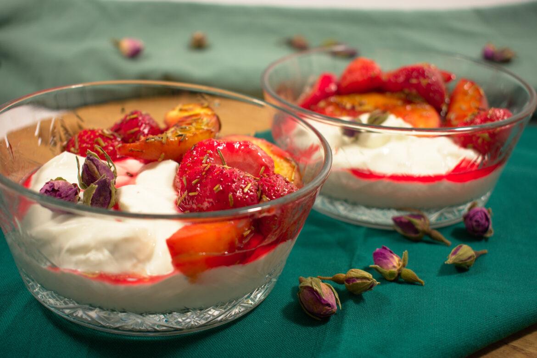 Kwark met gebakken perzik en aardbeien